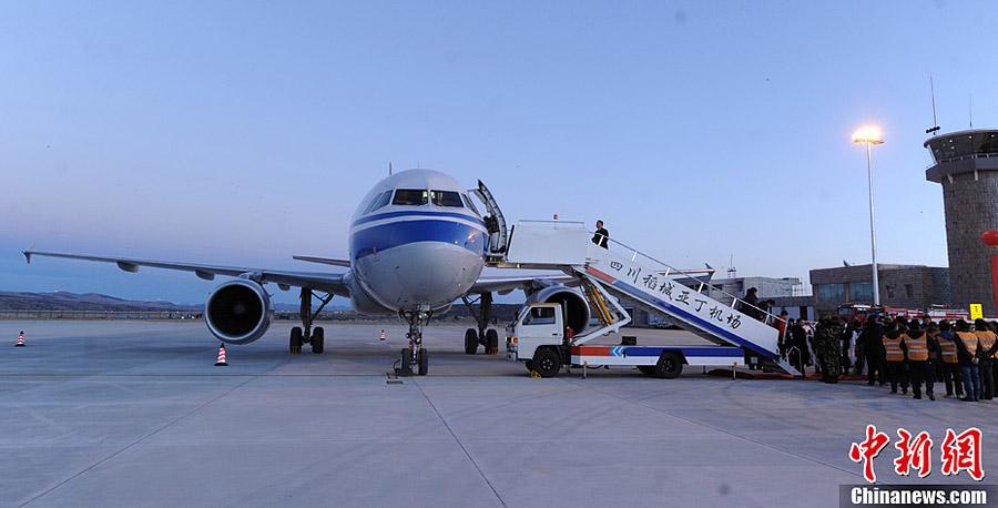 图为飞机在稻城亚丁机场顺利完成两次科目试飞