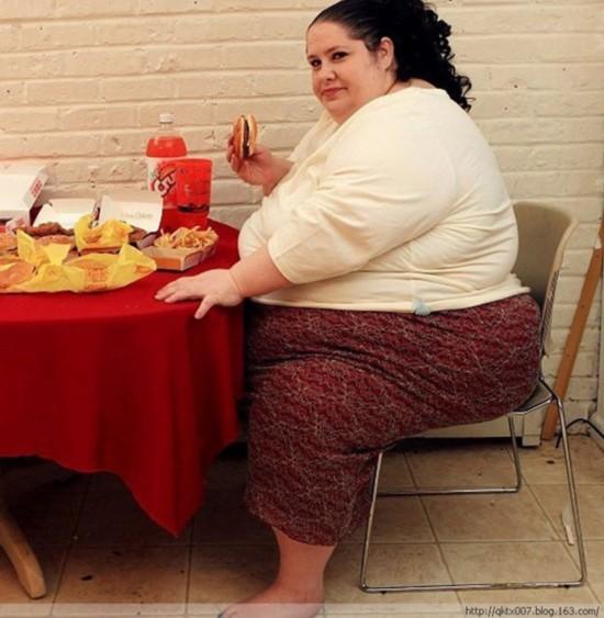 4月11日,美国新泽西州,44岁的美国妇女唐娜辛普森希望成为世界上最胖的母亲,现在正猛吃增肥。据悉,辛普森的体重已经超过600磅(约540斤),正朝着1000磅(910斤)的目标努力,希望体重继续增加就有可能成为世界上最胖的女性。实际上,唐娜已经拥有世界第一的称谓,2007年她以532磅(约480斤)的体重诞下女儿,成为世界上最胖的母亲。另外,唐娜还经营了自己的网站,粉丝需要付钱观看她吃饭的视频。   辛普森是两个孩子的母亲,也是网站的模特。人们可以从这个网站观看她拍的视频。例如她吃油腻的食物,