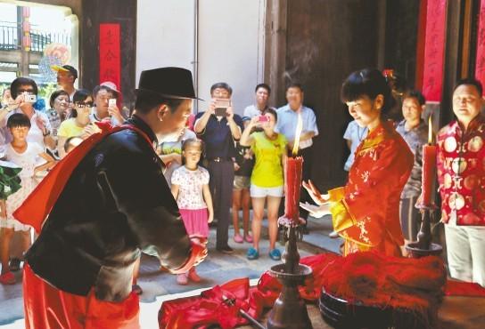 """婺源县""""新人""""举行传统婚俗表演"""