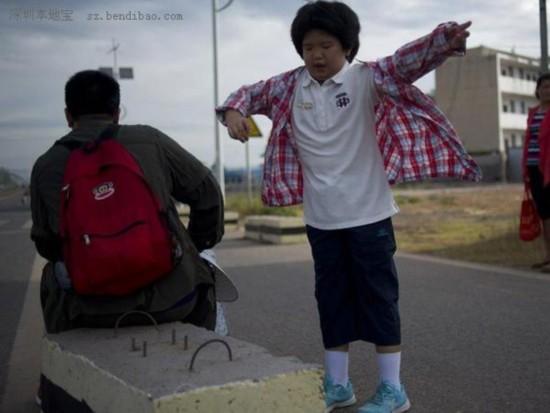 """8月3日早上7:35,S217往邵阳市方向离邵阳还有112公里,太阳出来了,小宝把妈妈给她买的长袖穿上防止晒伤手臂。从广州到清远,小宝的新鲜劲也过了大半,耷拉着脑袋,步调从奔跑变成挪动,刘小燕只好用望梅止渴这一招,""""到了清远就有好吃的走地鸡了,再往前走一点就到了""""。这才让女儿重新提起劲头来。"""