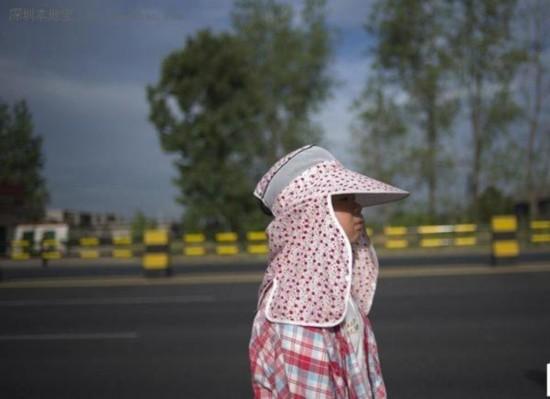 8月3日早上7:35,S217往邵阳市方向离邵阳还有112公里,太阳出来了,小宝把妈妈给她买的帽子戴上,这样就不会晒伤脸蛋。一路沿着国道向北行走,7月21日开始,母女俩从清远前往阳山,国道旁稀有人烟,且山路盘旋,并不好走,还要担心窄路上风驰电掣的大汽车。与提心吊胆的母亲不同,小宝的兴奋劲又回来了。山脉间分布着大大小小的农庄,挂着小南瓜的凉棚,还有忽然不知道从哪蹦跶出来的大黄狗,都让这个城市小姑娘觉得新鲜。