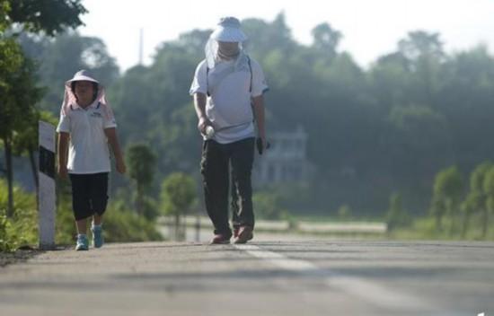 8月4日上午8:11,,S217省道往邵阳市方向离邵阳还有91公里,省道S217的车辆不多,路人也少,这对小宝和爸爸来说是最好不过的,只是这条路最近几年才重修,路边的树木还不成荫,所以八点过后太阳就很烈,地面温度上升,对小宝来说是最大的考验。
