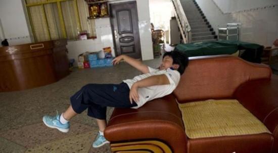 8月4日上午12:21,小宝和爸爸经过六个小时的步行终于到了芦洪市镇,当进入一家旅店时,小宝开心的倒在一张大沙发上,一路上的疲惫突然飞到九霄云外。