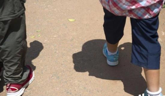 8月4日上午11:47,烈日当空,这时候小宝还剩下一公里就可以到达今天的目的地芦洪市镇,小宝和爸爸踩着自己影子加快了步伐。