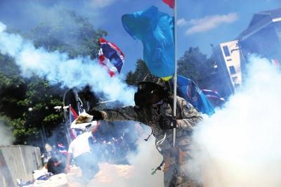 泰国示威游行致人员伤亡 英拉恳请示威者放过