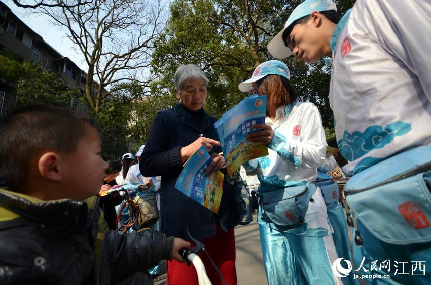 志愿者们为路人解答关于防控高血压和食用低钠盐的相关知识