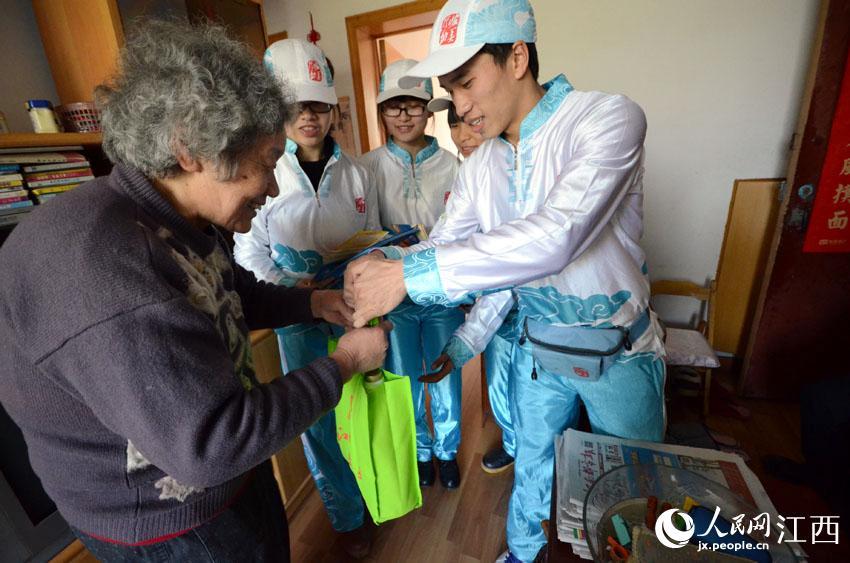 志愿者走进空巢老人家中,给老人送去食用油和低钠盐。