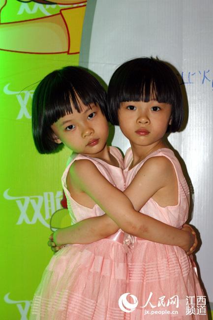 一对可爱漂亮的双胞胎小姐妹