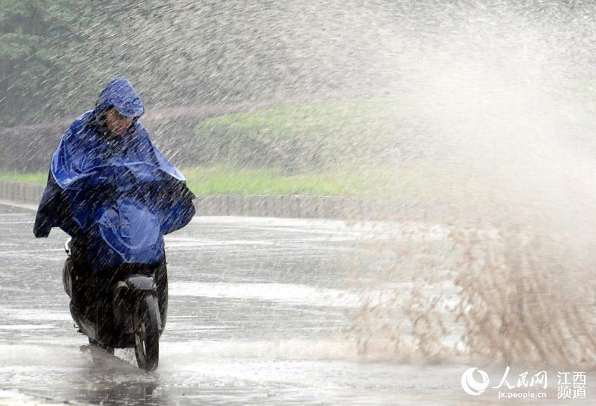 南昌降雨,低洼路段出现积水,汽车驶过溅起水花,路人避之不及.