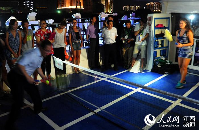 女子网球赛球员登游轮赏南昌夜景 名将郑洁彭