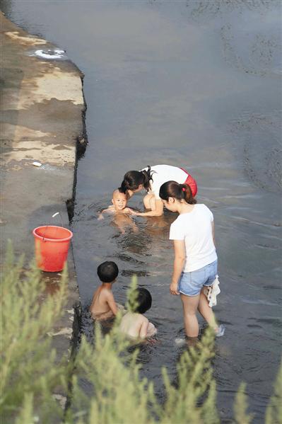 村民在干净的河里洗澡-沂江河上的 义务保洁员图片