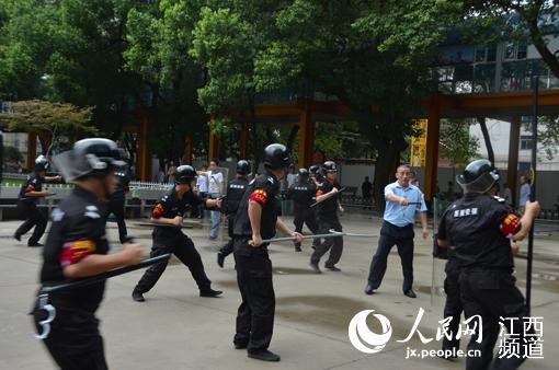过往群众.该院安保人员手持钢叉、齐眉棍等应急装备迅速赶往事
