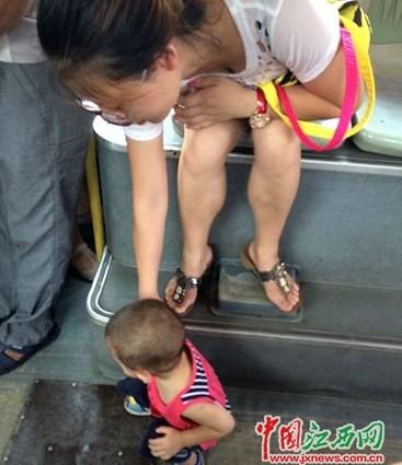 一女士让小孩在公交上小便