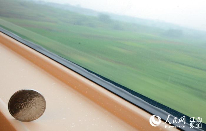 尽管高铁的时速突破300km/h,但运行十分平稳图酸菜鱼搞笑图片