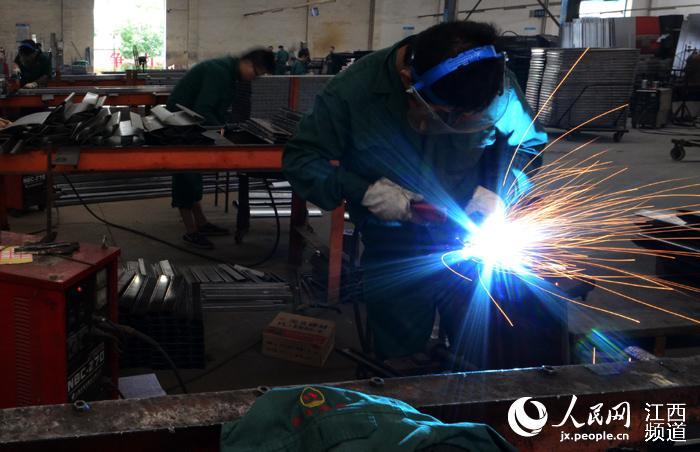 樟树市金属家具产业起源于1973年,历经40多年的创新发展,目前共有金属家具产业及配套企业112家,销量约占全国市场份额的30%以上,2012年被授予中国金属家具产业基地称号。 此次大会吸引了70余家金属家具企业前来参展,来自国内金属家具行业的专家学者、100余家金属家具企业代表等共2000余人参会。