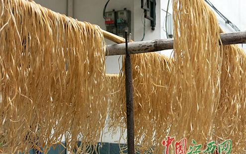 16日,记者来到新余市欧里镇昌坊村,目睹了手工制作红薯粉条的全过程.
