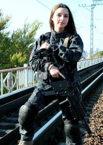 俄罗斯清纯美少女军装照走红
