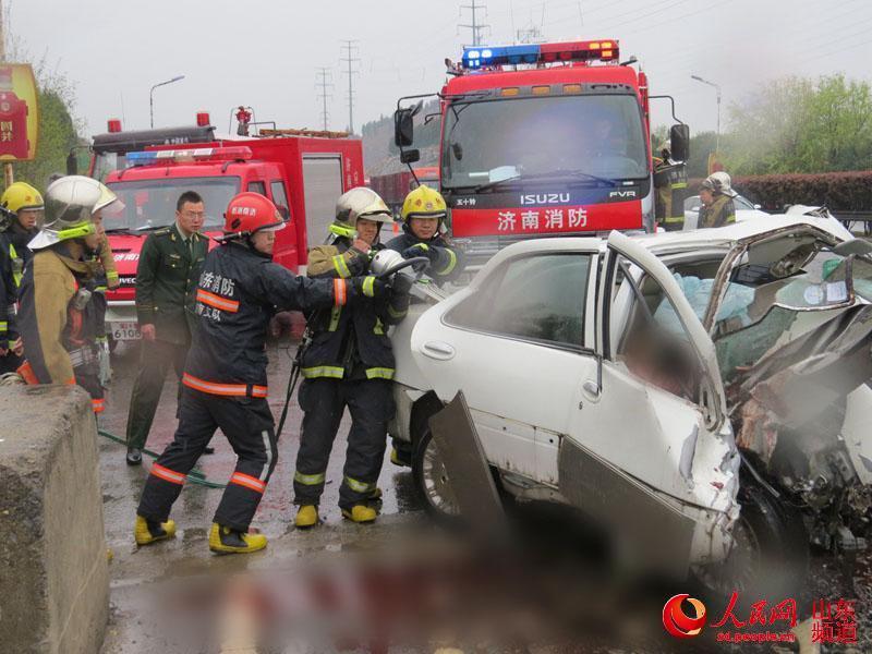 济南发生惨烈车祸 车上怀孕女子胎儿被挤出