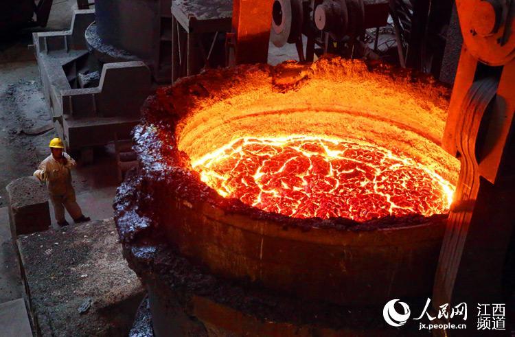 巨型的炼钢锅炉内装满铁水