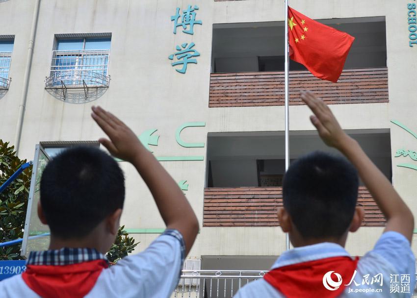 小学生向国旗敬礼.-开学第一课 南昌小学生重温抗日战争历史