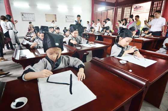 学童穿汉服体验中华传统文化图片
