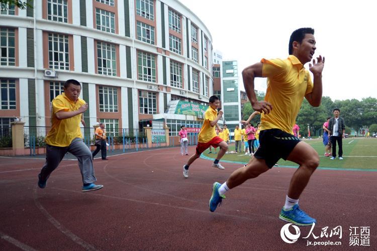 残疾人运动员在跑道上飞奔-别样运动会 残疾人也能飞驰赛场 也能 浪里