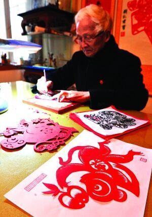 """正在创作系列""""猴有福""""的剪纸作品,欢度春节."""