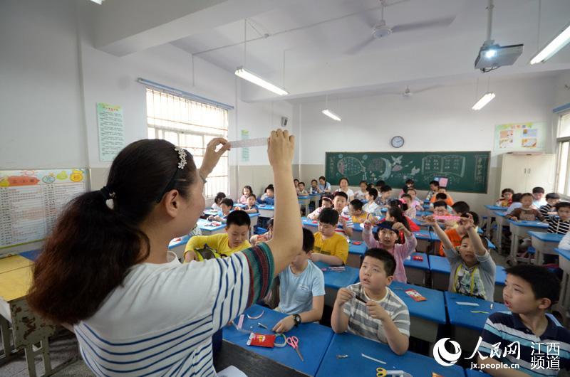 小学生动手做小发卡 母亲节送给妈妈大惊喜