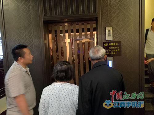 老人想乘电梯上滕王阁因没带老年证被拒绝(图)--江西频道--人民网