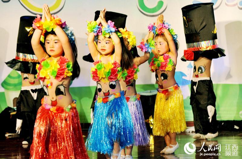 """德兴一幼儿园小朋友正在表演萌态十足的创意舞蹈,喜过""""六一""""儿童节."""