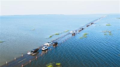 从2014年开始,每年的汛期,江西5大河流来水汇聚鄱阳湖,湖水漫过公路