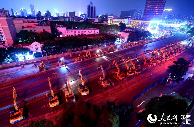 劳民伤财:近百台挖掘机拆除南昌永和门立交桥