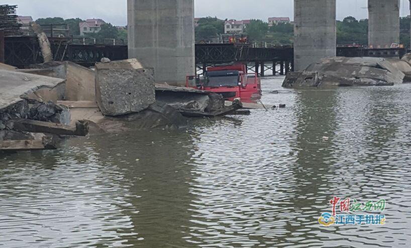 高清圖 吉安泰和縣舊泰和大橋施工過程中坍塌