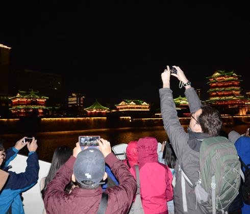 外媒记者登游轮赏赣江灯光秀