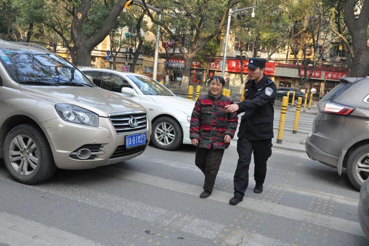 南昌市公安局特警支队五大队深入三家店社区清理卫生死角、引导交通。