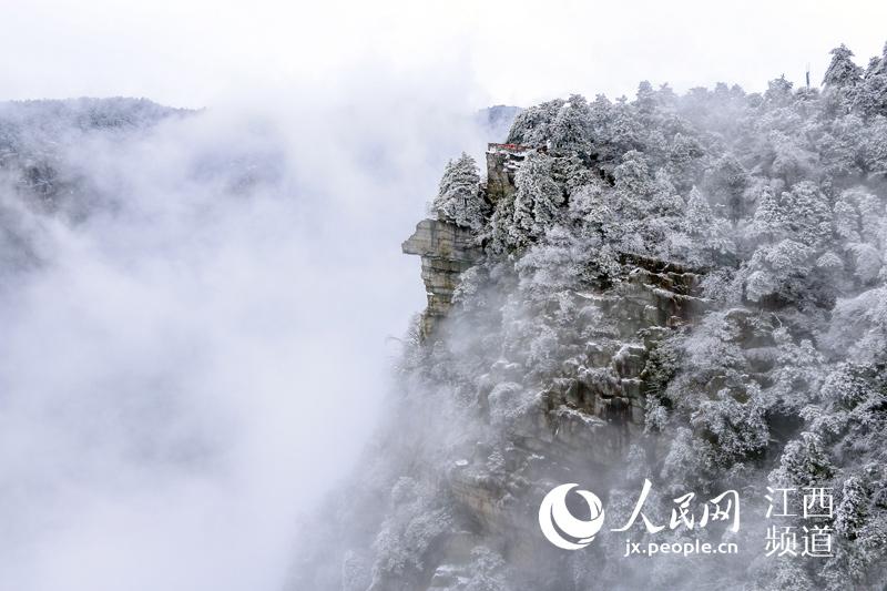 在庐山风景区,漫山白雪将庐山包裹,山间云雾笼罩,如梦如幻.