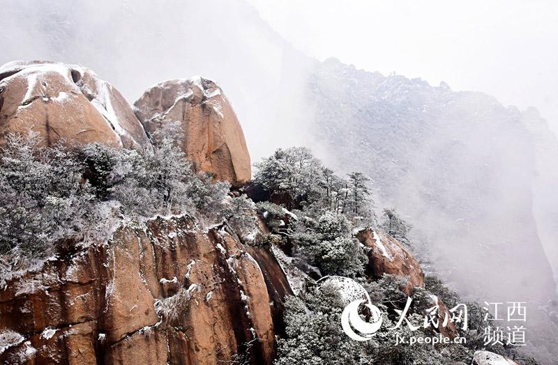 """一场春雪过后,江西省上饶市灵山风景区披上了""""白色外衣""""."""