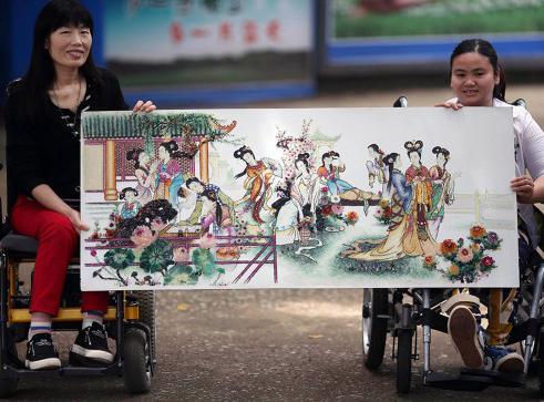 """残疾人用30多种5万颗""""宝石""""作画"""