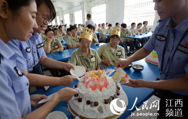 江西/江西:196名女犯集体过生日89岁老人头一回吃生日蛋糕