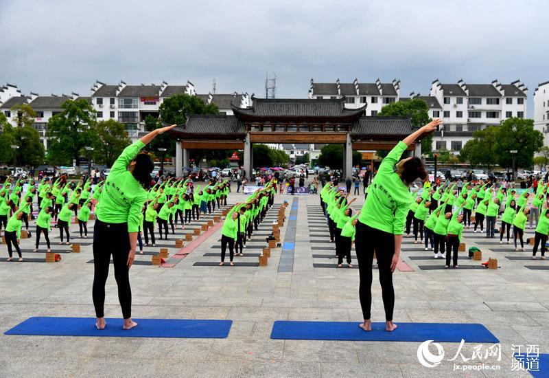 婺源县近千名瑜伽爱好者进行瑜伽表演。