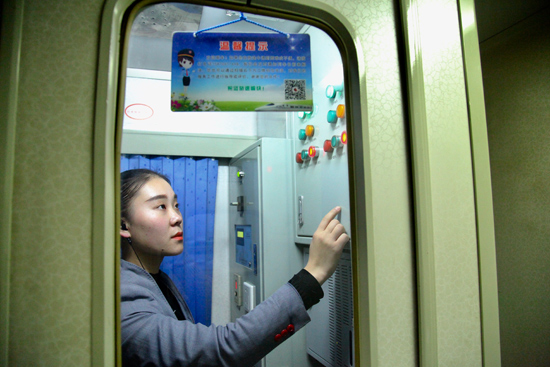 运段T168次列车员监控厕所集便器状态,消除因设备超负荷引发的异