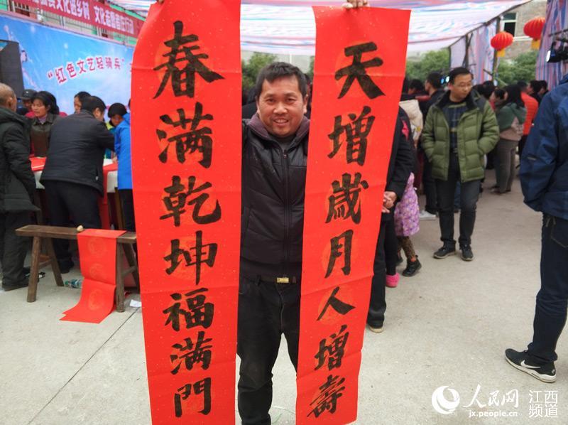 江西南昌山村飘起文艺范,欢声笑语年味浓。