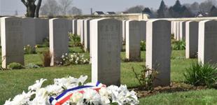 一战百年祭华工 逝者无名当铭记        今年是第一次世界大战结束100周年。4月8日,来自中国、法国和英国等多国的各方人士齐聚在欧洲最大的一战华工墓园——法国北部……