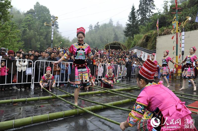 游客们观赏畲族姑娘跳竹竿舞。(刘永华/摄)