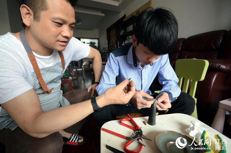 熊昊阳正在指导徒弟锔瓷。他说,他想开办一间博物馆,让更多的人了解这项传统技艺,了解博大精深的中国瓷文化。