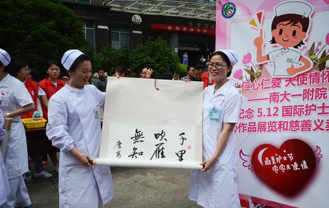 """南昌:医护人员""""摆摊""""义卖 善款全部捐献贫困患者"""