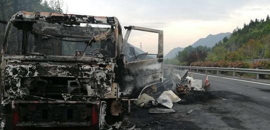 大广高速江西境内一大货车自燃烧成