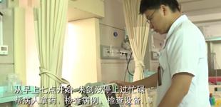 男护士朱剑:琐碎而忙碌的日常        每年的5月12日,是国际护士节。旨在激励广大护士继承和发扬护理事业的光荣传统。