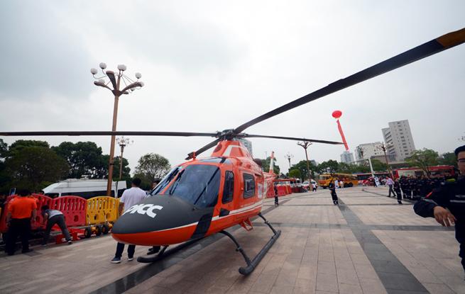 直升机、探测雷达 先进救援装备亮相南昌八一广场