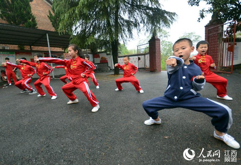 习武不分性别,一群孩子在教练的指导下练习武术。